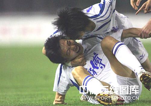 图文:[中超]河南VS天津 张烁庆祝进球