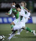 图文:[中超]北京2-0辽宁 王新欣拔脚怒射