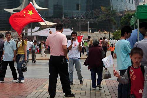 组图:圣火福州传递 五一广场上期盼奥运的人们