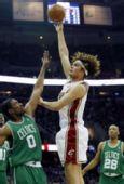 图文:[NBA]凯尔特人VS骑士 瓦莱乔抛投