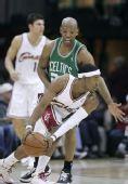 图文:[NBA]凯尔特人VS骑士 吉布森突破