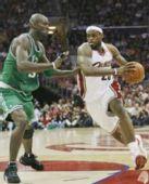 图文:[NBA]凯尔特人VS骑士 詹姆斯突破
