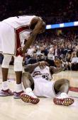 图文:[NBA]凯尔特人VS骑士 詹姆斯表情痛苦