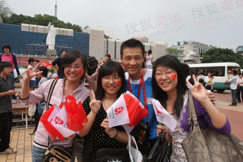 5月10日,福州美女热邀奥运火炬团队人员合影.JPG