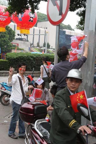 很多人已经提前布置好了国旗和奥运五环旗.JPG