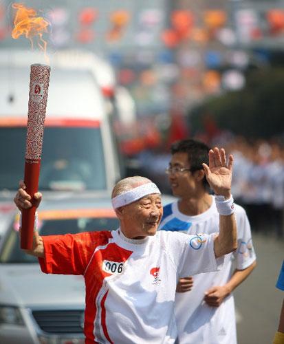 5月11日,火炬手、福建省排球协会名誉副主席、现年90多岁高龄的欧椿堃在进行传递。当日,北京奥运圣火传递活动在福建省福州市举行。 新华社记者邢广利摄