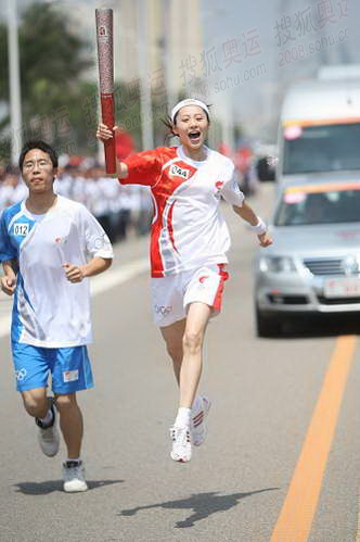"""5月11日,火炬手、福州市歌舞剧院舞蹈团副团长林姝敏进行""""舞蹈""""传递。"""