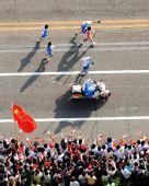 图文:奥运圣火在福州传递 火炬手在江滨路传递
