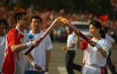 图文:奥运圣火在福州传递 张闽红与下一棒交接