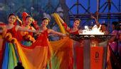 图文:北京奥运圣火在福州传递 庆典仪式上表演