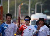 图文:奥运会圣火在福州传递 愈裕锬在进行传递