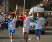 图文:奥运会圣火在福州传递 手拉手进行传递