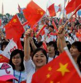 图文:奥运会圣火在福州传递 群众欢迎奥运圣火