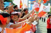 图文:奥运会圣火在福州传递 群众为火炬手加油