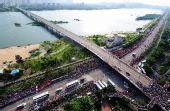 图文:北京奥运圣火在福州传递 途经福州江滨路
