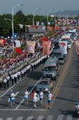图文:北京奥运圣火在福州传递 火炬手进行传递
