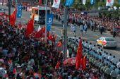 图文:奥运会圣火在福州传递 火炬手在进行传递