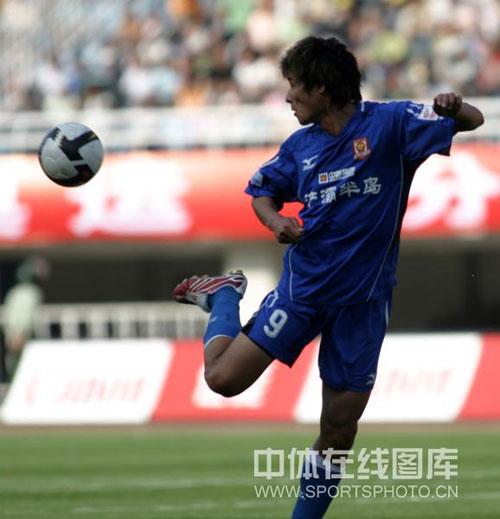 图文:[中超]陕西VS长春 李毅拿球