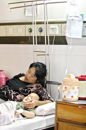 病童在接受治疗。 记者卢政摄