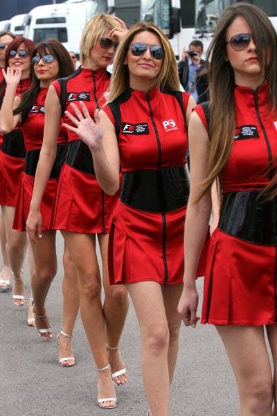 图文:f1土耳其站美女 美女热情打招呼 搜狐赛车 竖