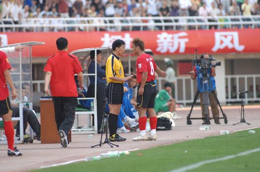 图文:[中超]陕西4-3长春 杜震宇和裁判争执