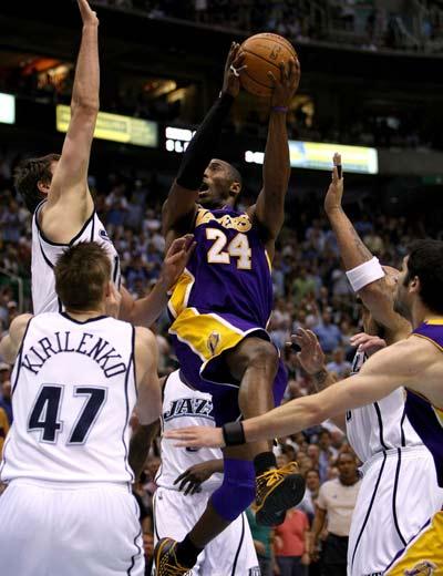 图文:[NBA]湖人不敌爵士 科比空中躲闪