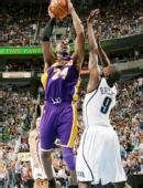 图文:[NBA]湖人不敌爵士 科比跳投