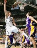 图文:[NBA]湖人不敌爵士 科沃尔勾手