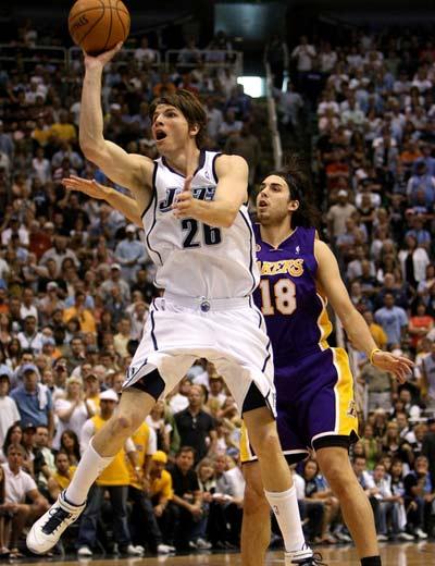 图文:[NBA]湖人不敌爵士 科沃尔抛投