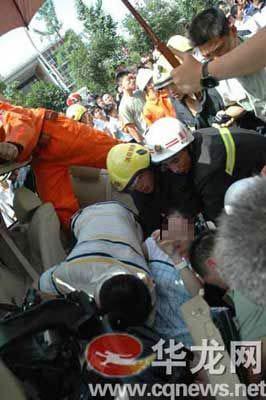 消防官兵营救被困孕妇。消防特勤供图
