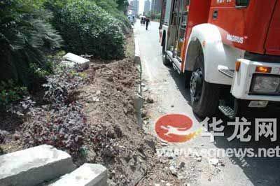 路边花坛受损。消防特勤供图