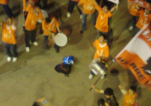 山东多名球迷赛后焚烧申花队服和旗帜2