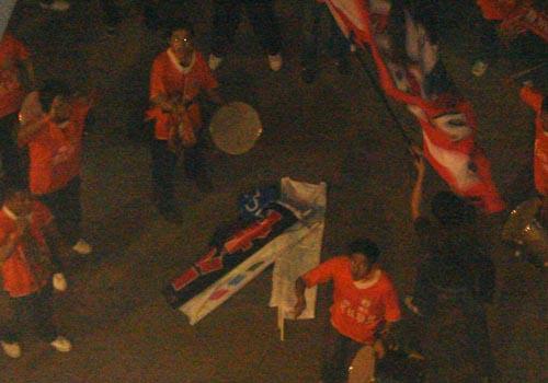 山东多名球迷赛后焚烧申花队服和旗帜3