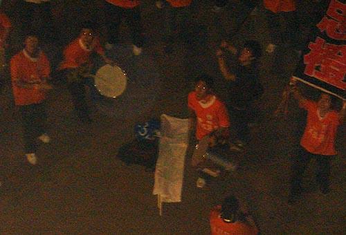 山东多名球迷赛后焚烧申花队服和旗帜4