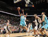 图文:[NBA]黄蜂VS马刺 保罗闪电上篮
