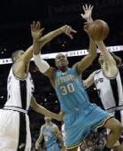 图文:[NBA]黄蜂VS马刺 韦斯特上看遭阻击