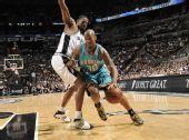 图文:[NBA]黄蜂VS马刺 韦斯特突破