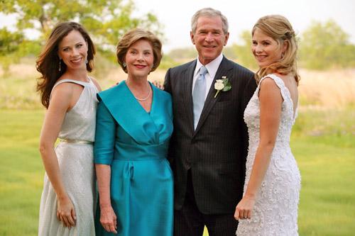 布什夫妇与和女儿芭芭拉(左),詹娜(右).