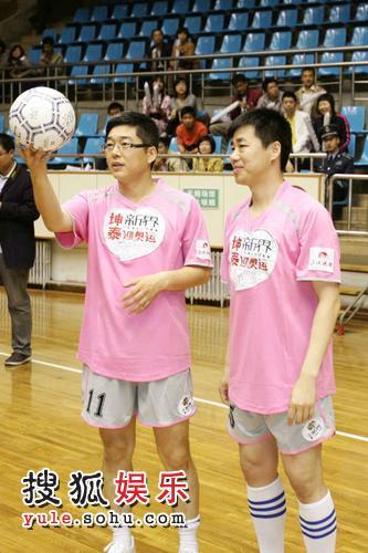 刘建宏手托足球