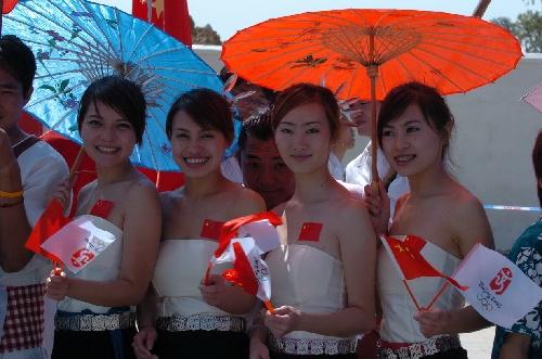 5月12日,华侨大学的泰国留学生为奥运圣火传递加油。当日,北京奥运会圣火在福建省泉州市传递。新华社记者张生贵摄