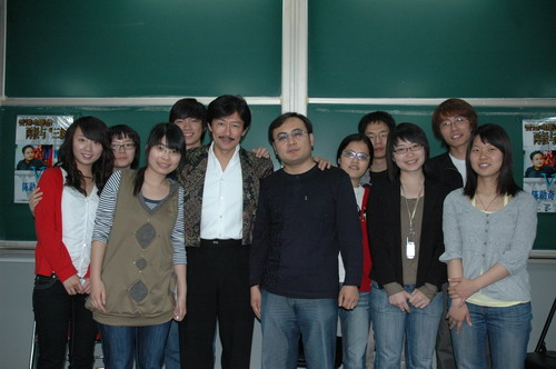 结束后陈勋奇魏君子和部分同学合影