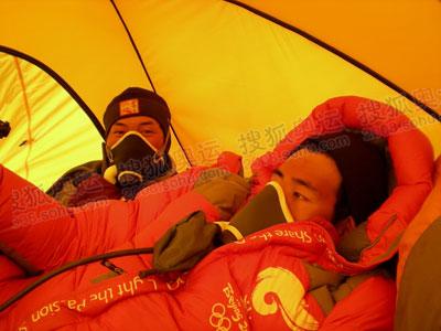 在8300米的高度,吸氧就像吃饭一样必不可少