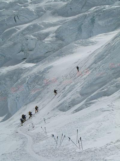 在雪山上,人类显得那么渺小