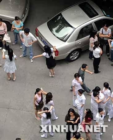 成都市民在街上躲避。