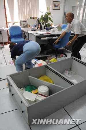 新华社四川分社技术室内被晃倒的办公用品。