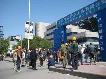 2008年5月12日,洛阳市民正在跑出房屋、工地躲避地震。(图片来源:CFP)