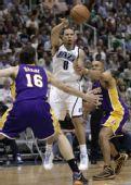 图文:[NBA]湖人不敌爵士 德隆遭包夹传球