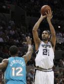 图文:[NBA]黄蜂负马刺 邓肯跃起投篮