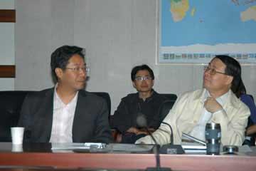 皇甫岗(左一)局长汇报震情