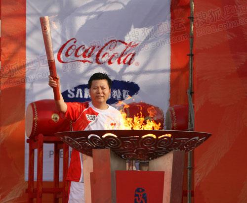 前羽毛球奥运冠军、厦门火炬手吉新鹏点燃圣火盆